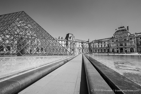 travelyesplease.com | Paris in Black and White- Photo Series | The Louvre