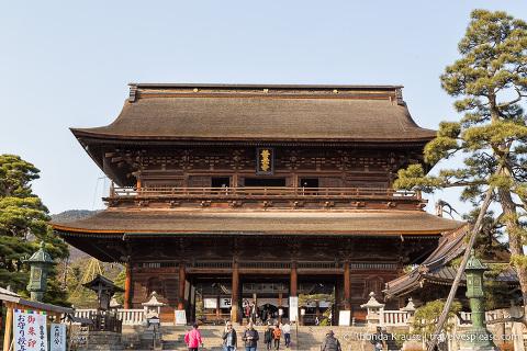 Things to do in Japan- Explore a temple town (gate to Zenko-ji Temple, Nagano)