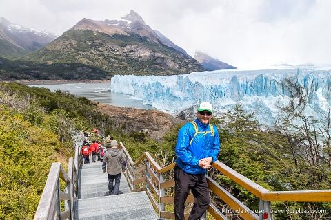Tourists on the walkway in front of the glacier.