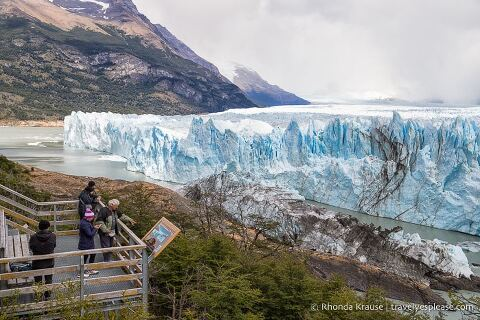 Viewpoint in front of the glacier.