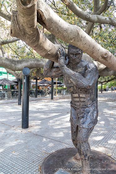 Gomero de la Recoleta and a statue of Atlas.